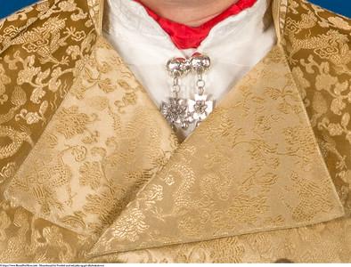 Mannsbunad fra Vestfold med rød jakke og gul silkebrokadevest med bundadpose