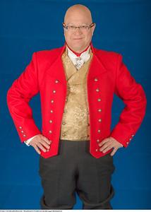 Mannsbunad fra Vestfold med rød jakke og gul silkebrokadevest samt brodert linskjorte