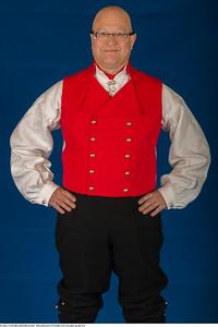 Mannsbunad fra Vestfold med sort jakke og håndbroderte bukseseler