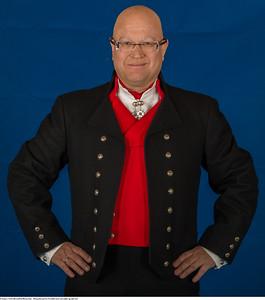 Mannsbunad fra Vestfold med sort jakke og kort bukse