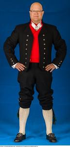 Mannsbunad fra Vestfold med sort jakke og brodert linskjorte