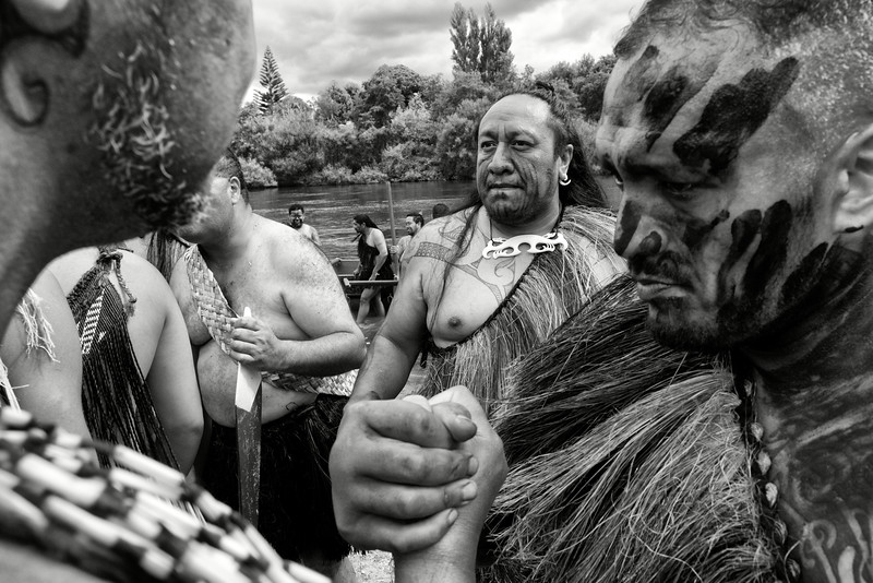 Membres d'un équipage de waka (pirogue traditionnelle maorie) se saluant à la fin des régates de Turangawaewae à Ngaruawahia.<br /> Iwi est le nom maori donné à la tribu. L'esprit de tribu est si profondément ancré dans la culture maorie qu'il empêcha souvent de faire bloc contre les Britanniques au moment de la colonisation. Aujourd'hui, les manifestations valorisant l'identité maorie dans sa globalité se multiplient en Nouvelle-Zélande, mais c'est toujours prioritairement pour retrouver les siens, ceux de son clan, que l'on vient participer à ce type d'évènement.<br /> Waikato/Nouvelle-Zélande