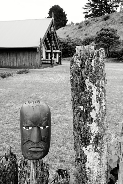 Tête sculptée à l'entrée du marae Maketu à Kawhia. Dans la culture maorie, le marae est un espace commun, social et cérémoniel.<br /> Waikato/Nouvelle-Zélande
