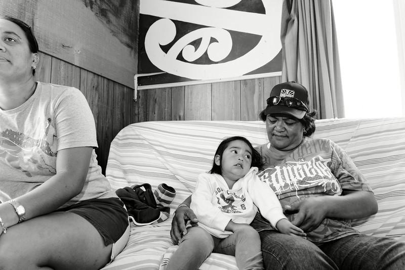 Enfant se faisant réconforter dans une salle de la Taneatua Kohanga (maternelle de Taneatua).<br /> Bay of Plenty/Nouvelle-Zélande