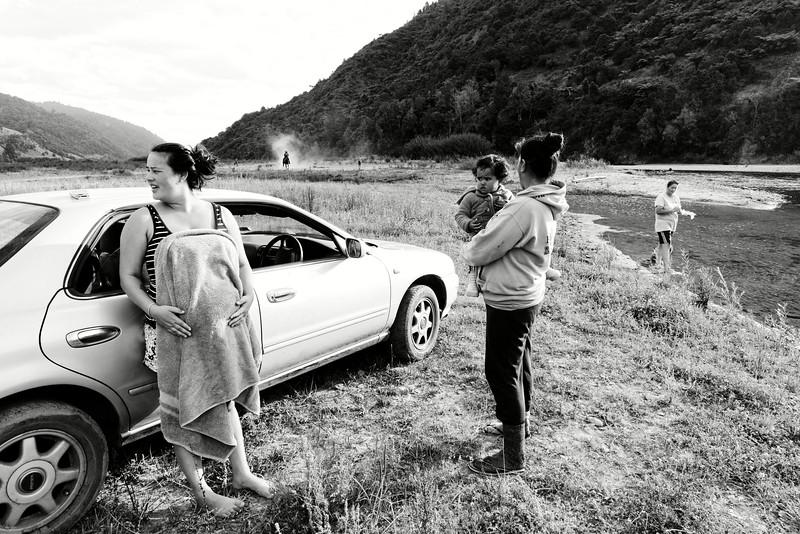 Membres d'une famille tuhoe profitant d'un moment de détente près de la rivière Whakatane à Ruatoki.<br /> Bay of Plenty/Ile du Nord/Nouvelle-Zélande
