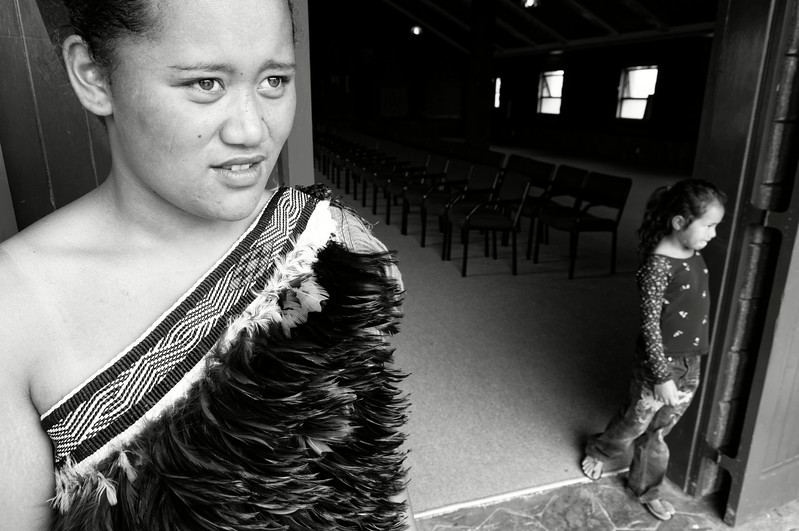 Deux jeunes Maories à l'entrée du marae Tamatea à Motuti. La jeune femme à gauche est vêtue d'un kahu huruhuru, une cape traditionnelle en plumes. Dans la culture maorie, les oiseaux sont considérés comme des messagers du royaume des esprits.<br /> Northland/Nouvelle-Zélande