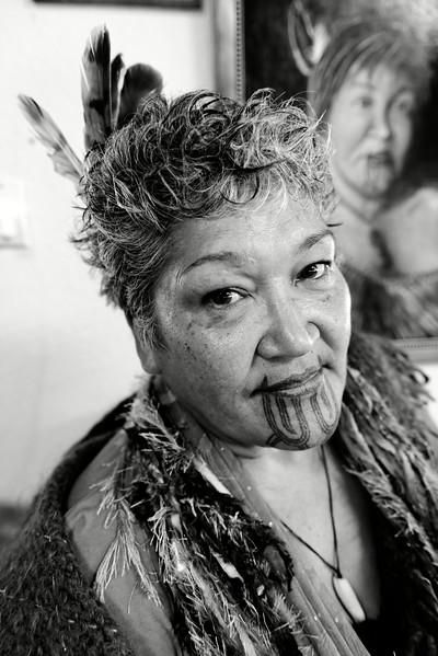 Portrait de Maata Wharehoka dans sa maison de Parihaka. Elle est une gardienne des traditions maories dans ce village qui s'est illustré comme un haut lieu de la résistance non violente face aux colons britanniques. Le récit de la lutte pacifiste des Maoris de Parihaka dans la presse britannique inspirera Gandhi dans son approche du combat pour l'indépendance de l'Inde.<br /> Taranaki/Nouvelle-Zélande