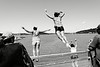 Groupe d'enfants maoris jouant à plonger d'un pont situé près de Waitangi Treaty House pendant le Waitangi Day.<br /> Baie des Iles/Northland/Nouvelle-Zélande