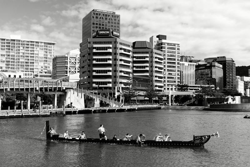 """Sortie de waka (pirogue traditionnelle maorie) dans le port de Wellington à l'occasion des commémorations annuelles du Waitangi Day. Le traité de Waitangi, signé le 6 février 1840 entre Britanniques et Maoris, est censé constituer l'acte """"fondateur"""" de la Nouvelle-Zélande. Mais pour de nombreux Maoris, il symbolise une forme de tromperie diplomatique et juridique ayant abouti à la confiscation de la majorité de leurs terres durant plus de 150 ans.<br /> Wellington/Nouvelle-Zélande"""