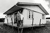 Portrait d'une femme maorie et sa fille devant leur modeste maison de la communauté de Motuti.<br /> Northland/Nouvelle-Zélande