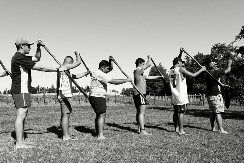 Préparation d'un équipage de waka (pirogue traditionnelle maorie) pour les grandes régates de Turangawaewae à Ngaruawahia.<br /> Waikato/Nouvelle-Zélande