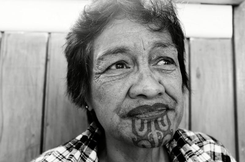 Portrait d'une femme tuhoe dans une salle du marae d'Uwhiarae. Le tatouage facial traditionnel féminin se nomme moko kauae. A l'origine, rite de passage à l'âge adulte, la réalisation de ce moko connaît aujourd'hui un regain de popularité pour des raisons plus identitaires et politiques.<br /> Bay of Plenty/Nouvelle-Zélande