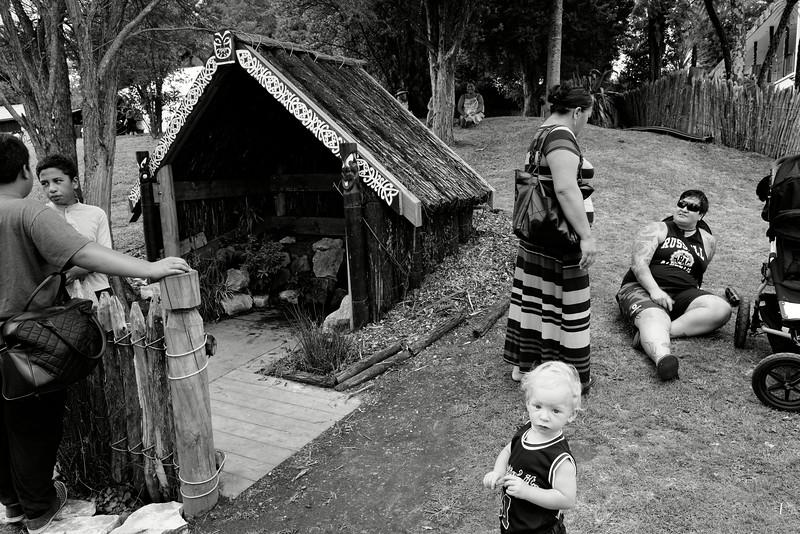 Membres d'une famille maorie installés près de la source sacrée du marae de Turangawaewae lors des grandes régates annuelles sur la rivière Waikato (leur faisant face). Pour être maori, il suffit d'avoir dans sa généalogie un seul ascendant maori. Ainsi, le statut de ce jeune garçon blond au physique très anglo-saxon ne peut-être sujet à aucune équivoque. Il est maori et bénéficie de toute la reconnaissance et des droits relatifs à cette appartenance. Ngaruawahia/Waikato/Ile du Nord/Nouvelle-Zélande.