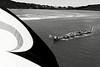"""Un waka (pirogue traditionnelle maorie) participant aux commémorations annuelles du Waitangi Day sur le site de la signature du traité de Waitangi (""""Tino rangatiratanga"""", le drapeau national maori, au 1er plan). Le traité de Waitangi, signé le 6 février 1840 entre Britanniques et Maoris, est censé constitué l'acte fondateur de la Nouvelle-Zélande. Mais pour de nombreux Maoris, il symbolise une forme de tromperie diplomatique et juridique ayant aboutie à la confiscation de la majorité de leurs terres durant plus de 150 ans.  Baie des Iles/Northland/Ile du Nord/Nouvelle-Zélande"""