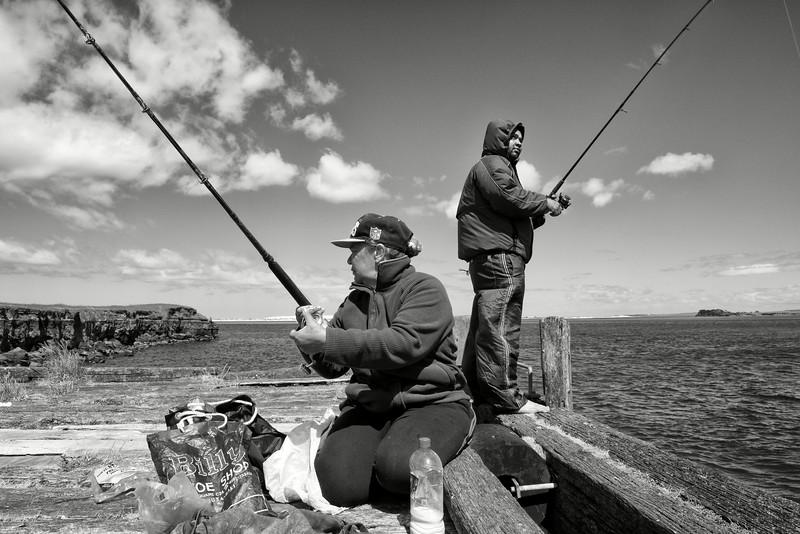 Famille maorie en train de pêcher dans la baie Te Kao, près du cap Reinga.<br /> Northland/Nouvelle-Zélande