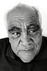 """Portrait de Robert Mac Donald (descendant de l'un des principaux chefs signataires du traité de Waitangi) dans sa maison de Waimarama. Le traité de Waitangi, signé le 6 février 1840 entre Britanniques et Maoris, est censé constituer l'acte """"fondateur"""" de la Nouvelle-Zélande. Mais pour de nombreux Maoris, il symbolise une forme de tromperie diplomatique et juridique ayant abouti à la confiscation de la majorité de leurs terres durant plus de 150 ans.<br /> Hawkes Bay/Nouvelle-Zélande"""