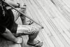 Jambes tatouées d'un membre de kapa haka (formation de danseurs et chanteurs) patientant avant une représentation au marae d'Uwhiarae.<br /> Bay of Plenty/Nouvelle-Zélande