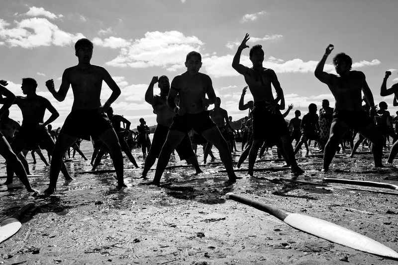 Le haka est une danse maorie ritualisée. Accompagnée de chants scandés avec violence, elle a souvent pour fonction d'impressionner ou de défier un adversaire. Ces rameurs participant aux régates du Waitangi Day, sur le site de la signature du traité de Waitangi, ne pourraient envisager de concourir sans céder à ce rituel ancestral.<br /> Baie des Iles/Northland/Nouvelle-Zélande