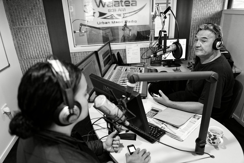 """Dale Husband, animateur de la radio maorie """"Radio Waatea"""" (National Maori Radio Network), avec une invitée participant à son émission matinale dans les studios de Mangere.<br /> Auckland/Nouvelle-Zélande"""