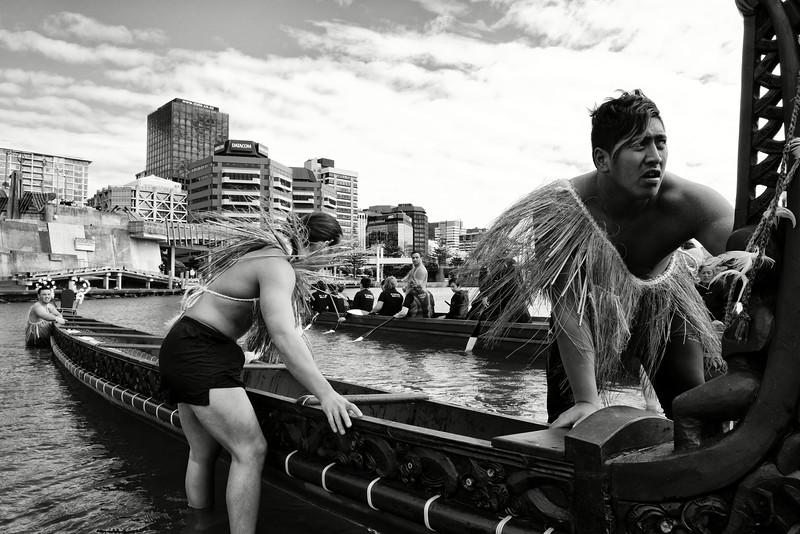 """Sortie de wakas (pirogues traditionnelles maories) dans le port de Wellington à l'occasion des commémorations annuelles du Waitangi Day. Le traité de Waitangi, signé le 6 février 1840 entre Britanniques et Maoris, est censé constituer l'acte """"fondateur"""" de la Nouvelle-Zélande. Mais pour de nombreux Maoris, il symbolise une forme de tromperie diplomatique et juridique ayant abouti à la confiscation de la majorité de leurs terres durant plus de 150 ans.<br /> Wellington/Nouvelle-Zélande"""