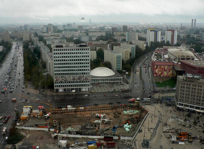 Utsikt mot öster från hotellets 29:e våning. Till höger Alexanderstrasse.