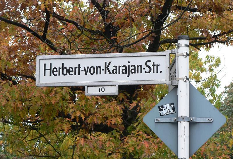 På väg till Philharmonin. Den berömde dirigenten Karajan har fått en gata uppkallad efter sig.