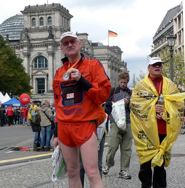 En trött men hyfsat nöjd löpare efter sin första mara i Berlin, vilket blev den 30:e i ordning.