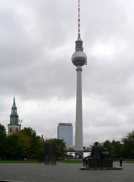 TV-tornet med Park Inn i bakgrunden.