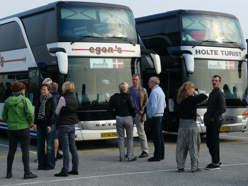 Tillsammans med danska maratonbussar väntar vi på färjan i Gedser