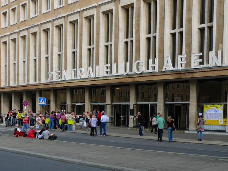 Nummerlappsutdelning i den gamla flygplatsen Tempelhof