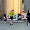 En trött Jönsson tar sig förbi Brandenburger Tor