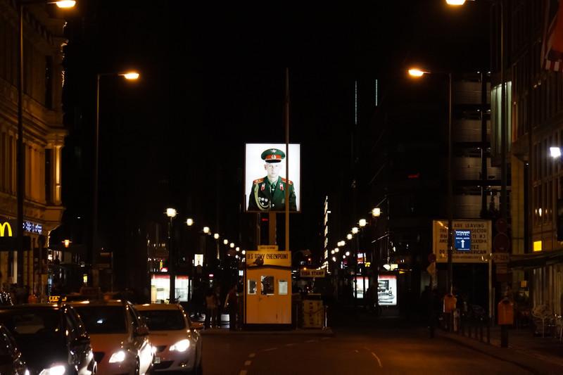 Checkpoint Charlie i kvällsbelysning
