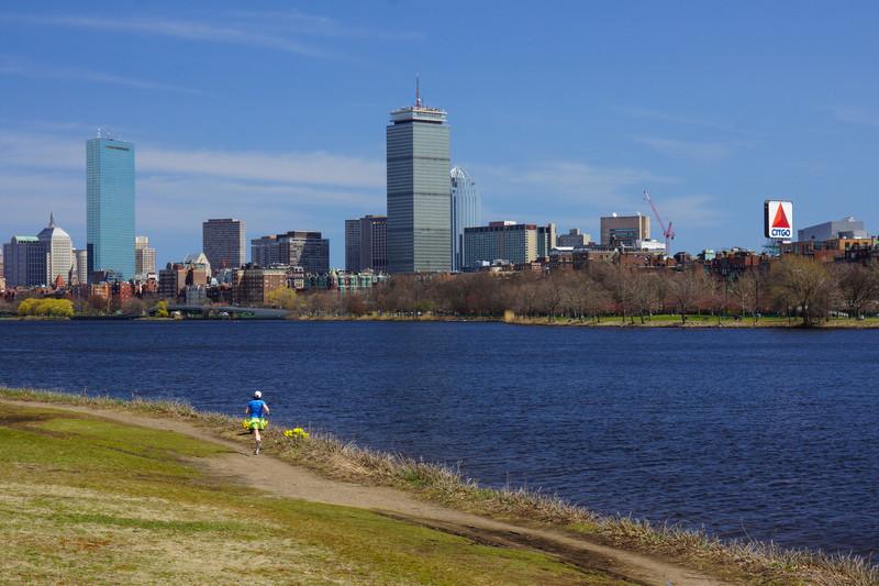 Utmed Charles river. Citgo-skylten är välkänd för alla maratonlöpare.