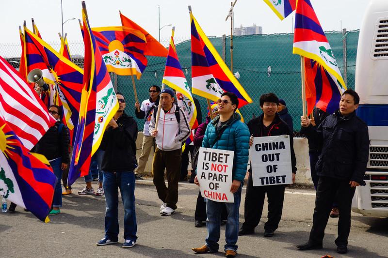 Protester framför Kinas ambassad