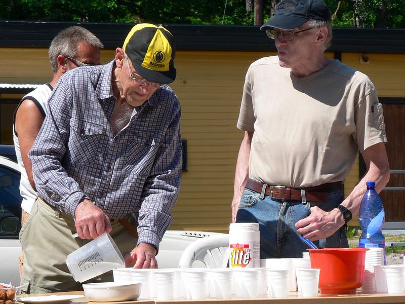 Per Adolfsson hjälper till vid varvningens matdepå