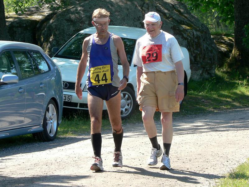 Lennart Skoog i samspråk med Sune Hjalmarsson, loppets äldste (?) deltagare