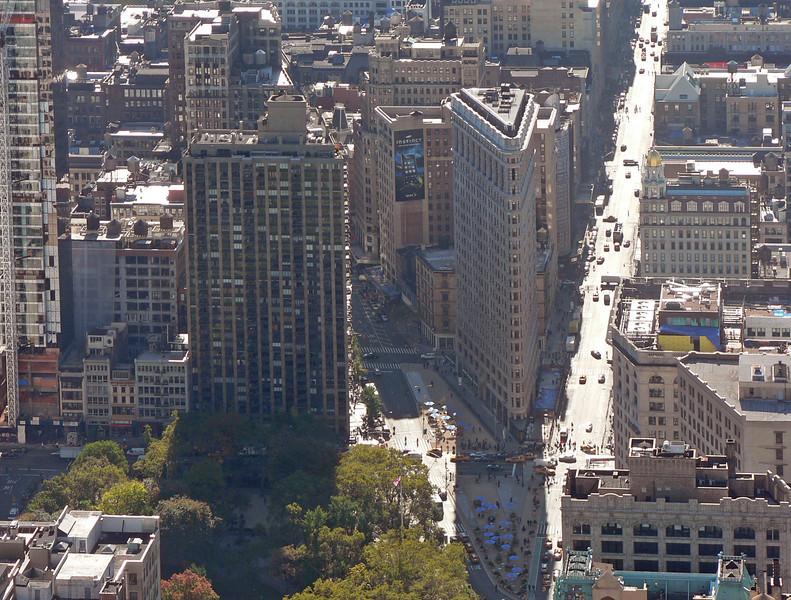 Där Broadway korsar 5:e Avenyn ligger Flat Iron Building