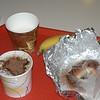 Havregrynsgröt med kanel och brunt socker. Därtill en rostad bagel. Allt i engångsförpackningar.