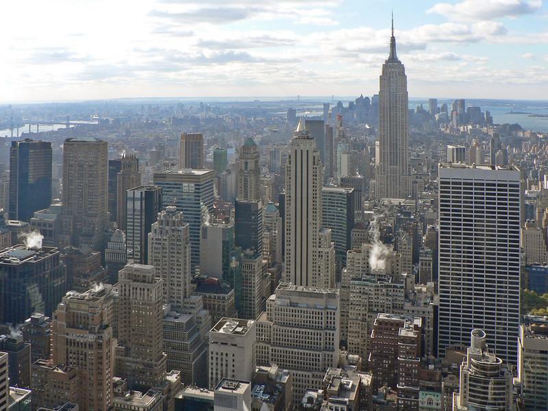 Vyer från 67:e våningen mot söder. Empire State Building. Längst bort i horisonten syns Verrazano-Narrows bridge, starten för maran.