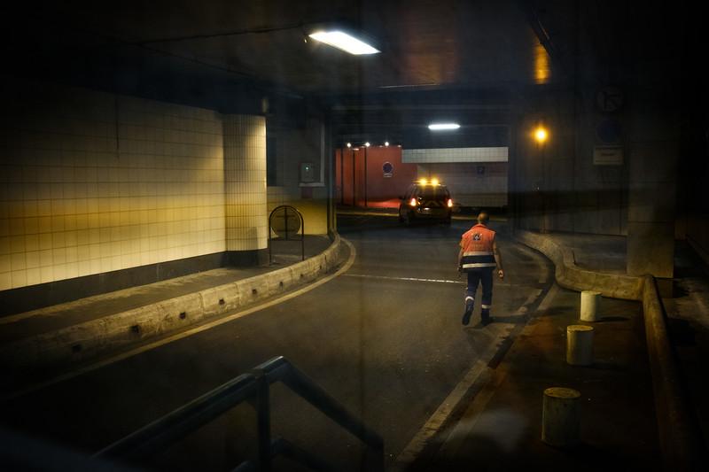 La maraude passe par les voies : Bâtisseurs, Sculpteurs et de l'Encre, dans les sous-sols. Lentement le véhicule avance en observant les trottoirs, à la recherche de SDF.
