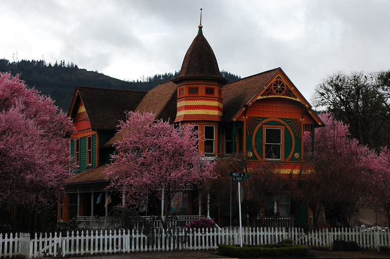 OK.  So, I walked around Portland, then drove up and around Skyline Drive, and then headed south and west via secondary roads towards home.<br /> <br /> I came southeast on Hwy 38 through the old Oregon Trail town of Drain, and saw this colorful house.