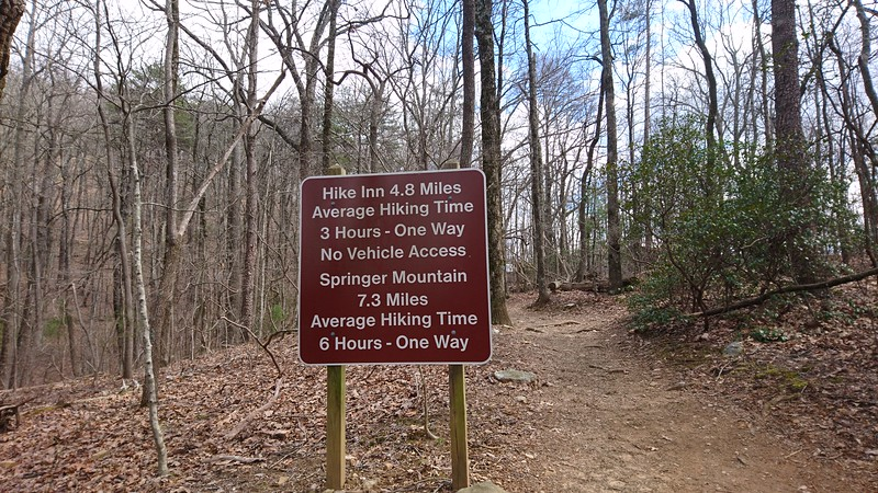 Sign indicating the hiking distance to the Hike Inn and Springer Mountain
