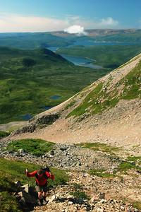 Randonneur dans la montée du ravin - Sentier James Callaghan, parc national de Gros Morne, Terre-Neuve Hiker climbing the gully - James Callaghan trail (Gr
