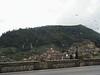 Irgendwann konnten wir aber wieder weiter fahren und kamen dann nach Valdemossa. Hier das schoene Kloster aus dem Auto.