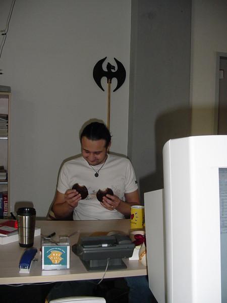 """Bonus-Bild: Unser Lebkuchen-Tester """"Wolle"""" bei der Arbeit!"""