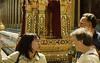 Unsere mandatorische Fremdenfuehrerin mit 2 Mitreisenden, Wat Phra Keo