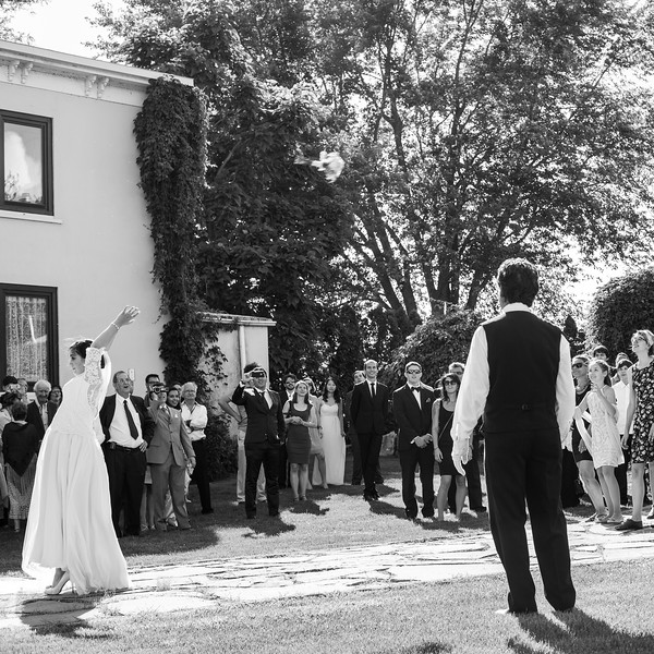 stephane-lemieux-photographe-mariage-montreal-056-black-and-white, chateau-saint-antoine-salle-de-reception-monteregie, effervescence, instagram, lancer-du-bouquet, n-b, portfolio, richelieu