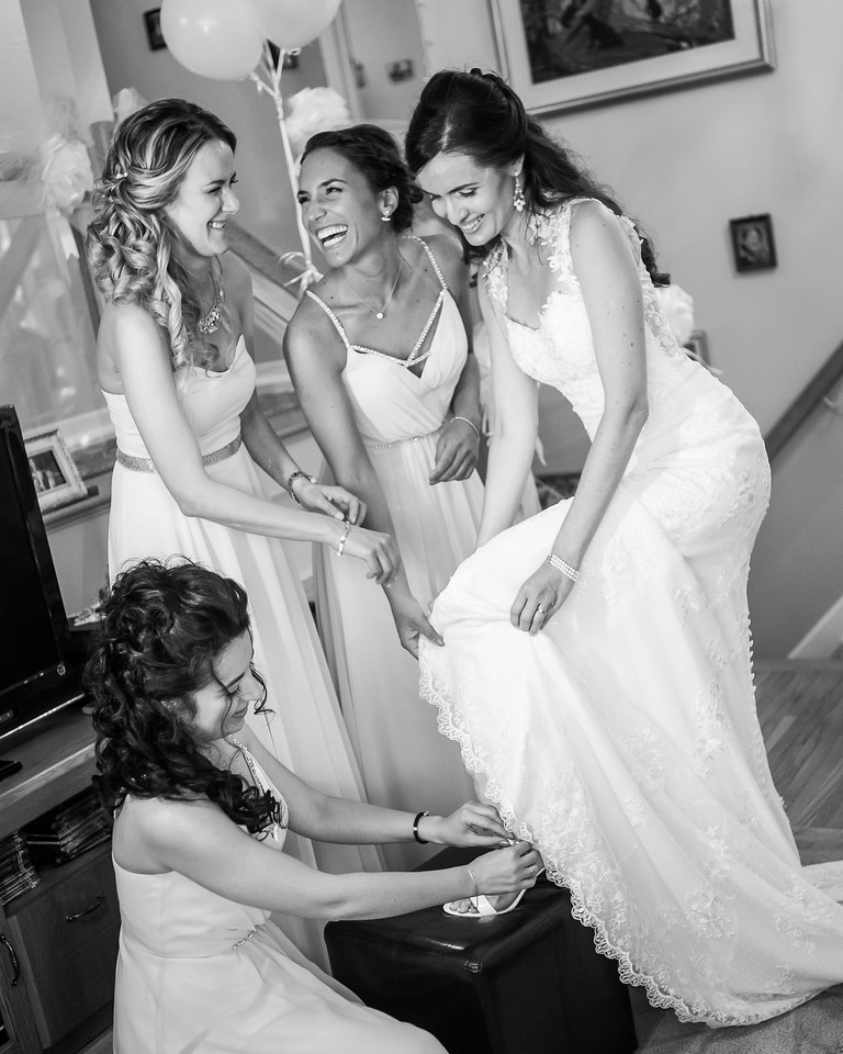 stephane-lemieux-photographe-mariage-montreal-028-authenticité, bride, bridesmaid, euphorie, getting-ready, instagram, laughing, laval, putting, select, shoe