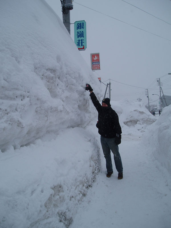 4 metre snow base at the bottom of the mountain.<br /> 16 mteres throughout the season.