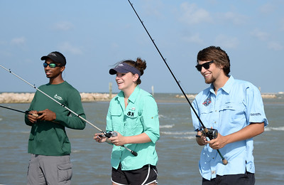 members-of-the-islander-anglers-practice-casting-on-the-university-beach_14600147648_o